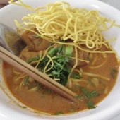 Kao,Soi,(Crispy,noodles,and,beef,in,a,red,curry,broth)