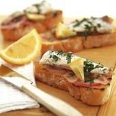 Crostini,with,marinated,onions,&,sardines